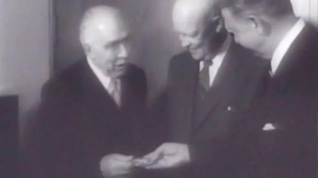 """I 1957 modtog den berømte danske videnskabsmand Niels Bohr """"Atoms for Peace""""-prisen af den amerikanske præsident Dwight D. Eisenhower. Foto fra film af Universal-International News / Universal Studios."""