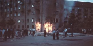 På farvefotografiet her kan du se en kolonialforretning på Tomsgårdsvej sat i flammer af demonstranter under Folkestrejken i 1944. Fotokilde: Nationalmuseet, Danmark Fotograf: Willy Nielsen Licens ifølge Nationalmuseet: No known rights