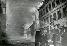 Brandfolk kæmper mod flammerne efter terrorbomber placeret af Peter-gruppen i Aarhus.