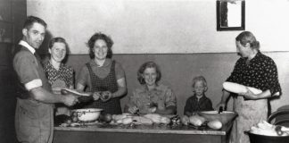 Mad under besættelsen: Ifølge Nationalmuseets beskrivelse viser dette billede syltning af asier i 1941. Fotokilde: Nationalmuseet, Danmark. Fotograf/skaber: Bent Mann. Licens ifølge Nationalmuseet: No known rights.