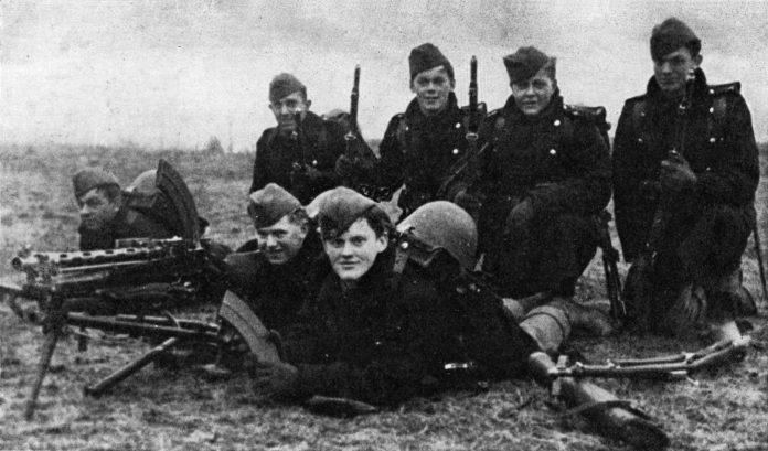 En dansk hærenhed fotograferet 9. april 1940 - dagen hvor Tyskland invaderede Danmark. Find interessante historier, fotografier, filmoptagelser og andet materiale om Danmark under Besættelsen i Facebook-gruppen