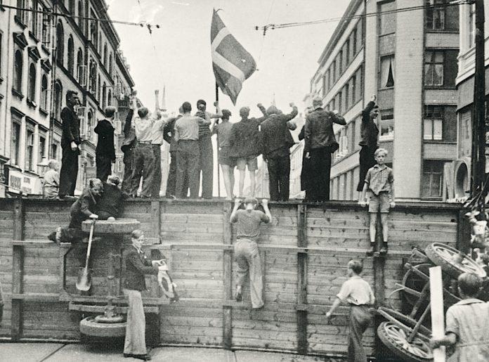 På fotografiet her kan du se en af barrikaderne på Nørrebrogade under Folkestrejken i København i 1944. Fotokilde: Nationalmuseet, Danmark. Licens ifølge Nationalmuseet: No known rights. Fotograf: Ikke oplyst