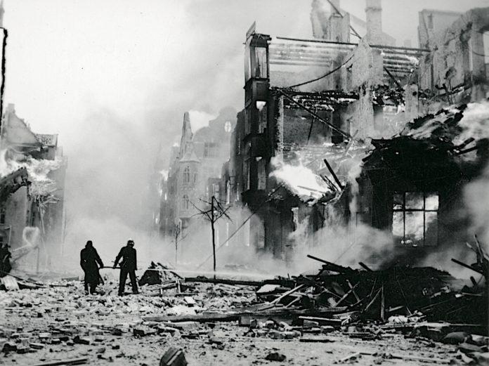 Billedet her viser slukningsarbejdet på Maglekildevej bag Den Franske Skole efter det fejlplacerede luftangreb den 21. marts 1945. Fotokilde: Nationalmuseet, fotograf ikke oplyst. Licens ifølge Nationalmuseet: No known rights