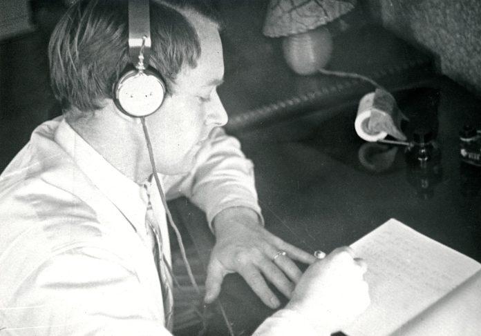 I artiklen her kan du finde en række podcasts om Danmark og danskere under Anden Verdenskrig. Foto: Mand lytter i høretelefoner. Fra beskrivelsen hos Nationalmuseet: