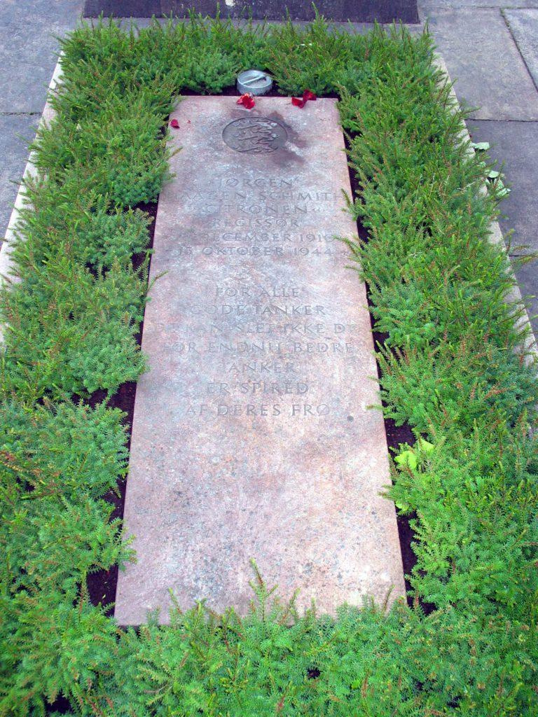 """Den 29. august 1945 blev modstandsmanden Jørgen Haagen Schmith - også kendt som Citronen - genbegravet i Mindelunden i Ryvangen.   Fotokilde: ©2005 Hans Andersen (via Wikimedia Commons) Licens ifølge Wikimedia Commons: Creative Commons Attribution-Share Alike 3.0 Unported (https://creativecommons.org/licenses/by-sa/3.0/deed.en) Filnavn: """"Mindelunden i Ryvangen - grave-5.jpg"""" Læs mere om billedet (bl.a. om licens og ophavsrettigheder) her: https://commons.wikimedia.org/wiki/File:Mindelunden_i_Ryvangen_-_grave-5.jpg"""
