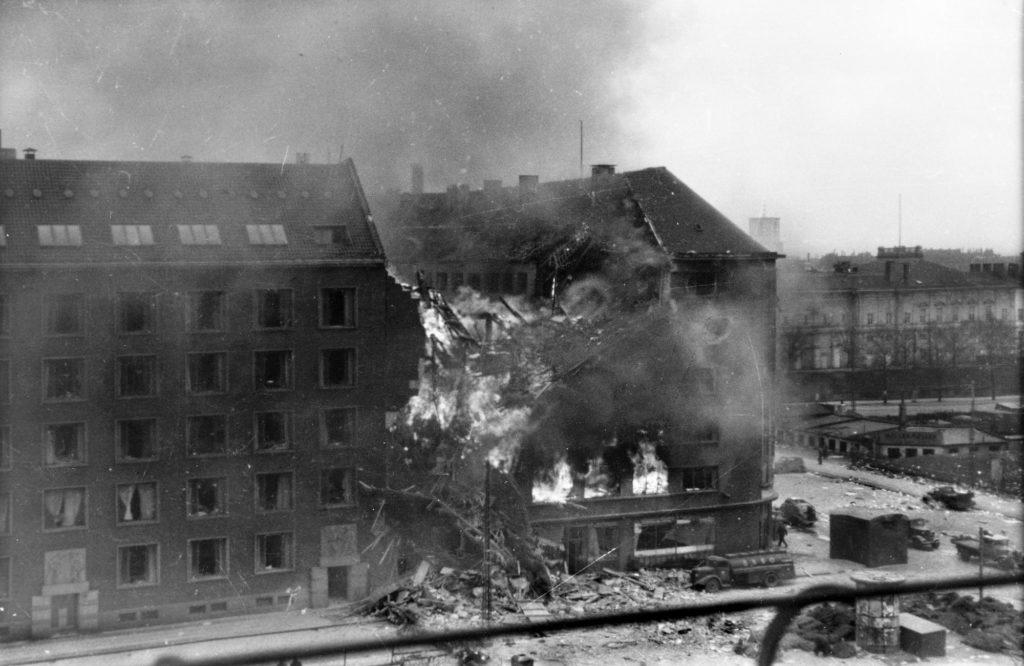På billedet her ses Shellhuset i flammer efter bombardementet af britiske fly 21. marts 1945. Fotokilde: Nationalmuseet, fotograf ukendt. Læs mere om fotografiet (herunder om rettigheder) her: https://da.wikipedia.org/wiki/Fil:Shellhuset_210345.jpg