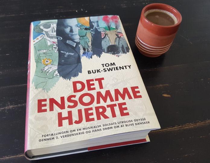 På billedet her ses bogen Det ensomme hjerte af Tom Buk-Swienty og en kop kaffe. Foto: Søren Kjær