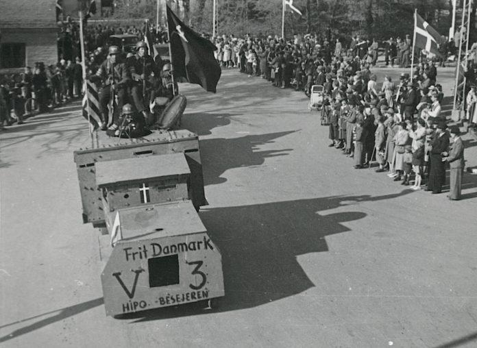 Panservognen V3 ses her på billedet fra 13. maj 1945 ved en frihedskæmperparade i Frederiksværk. Fotokilde: Nationalmuseet, Danmark. Licens ifølge Nationalmuseet: No known rights. Fotograf: Ikke oplyst.