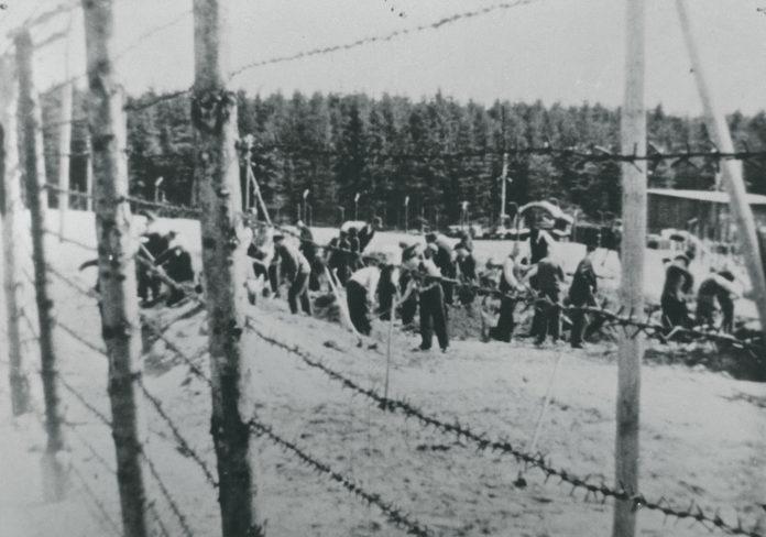 Flere danske fanger lykkedes med at flygte fra Frøslevlejren. I Nationalmuseets arkiv står blandt andet følgende om dette fotografi: