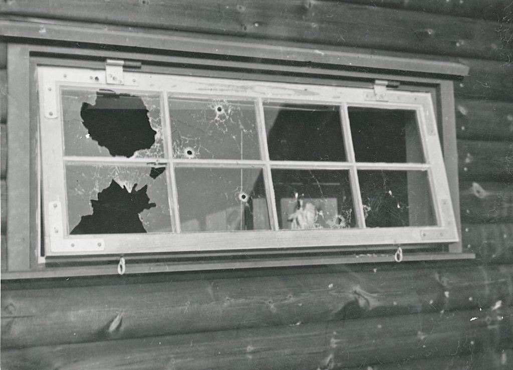 Panservognen V3 blev brugt under aktionen mod Lorentzen-gruppen. På billedet her ses et vindue i sommerhuset efter skyderiet. Fotokilde: Nationalmuseet, Danmark. Licens ifølge Nationalmuseet: No known rights. Fotograf: Ikke oplyst.