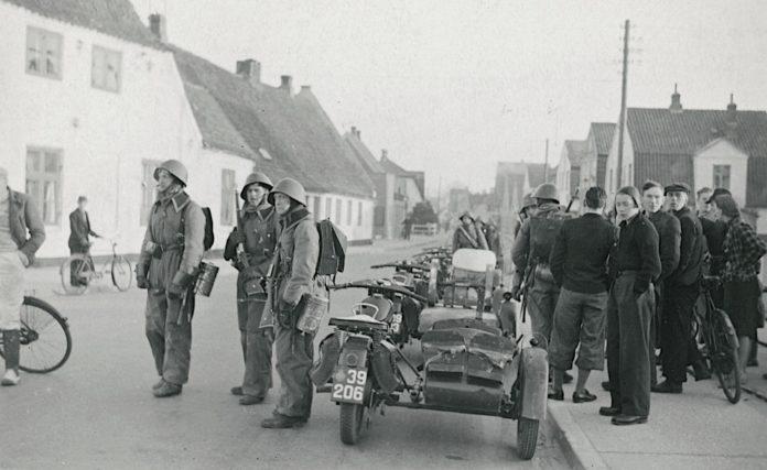 På billedet her taget om morgenen den 9. april 1940 ser du danske motorcykelpatruljer i Aabenraa. Fotokilde: Nationalmuseet, Danmark. Licens ifølge Nationalmuseet: No known rights. Fotograf: Ikke oplyst.