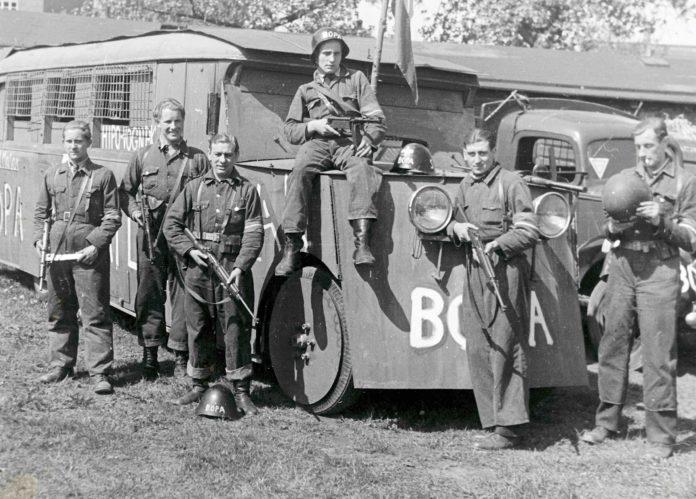 I Nationalmuseets arkiver findes adskillige fotos af denne hjemmebyggede kampvogn, som modstandsgruppen BOPA fremstillede ved at pansre en bus under Besættelsen. Fotokilde: Nationalmuseet, Danmark. Licens ifølge Nationalmuseet: No known rights. Fotograf/skaber: S. Hjort, Aalborggade 11, Kbh. Ø