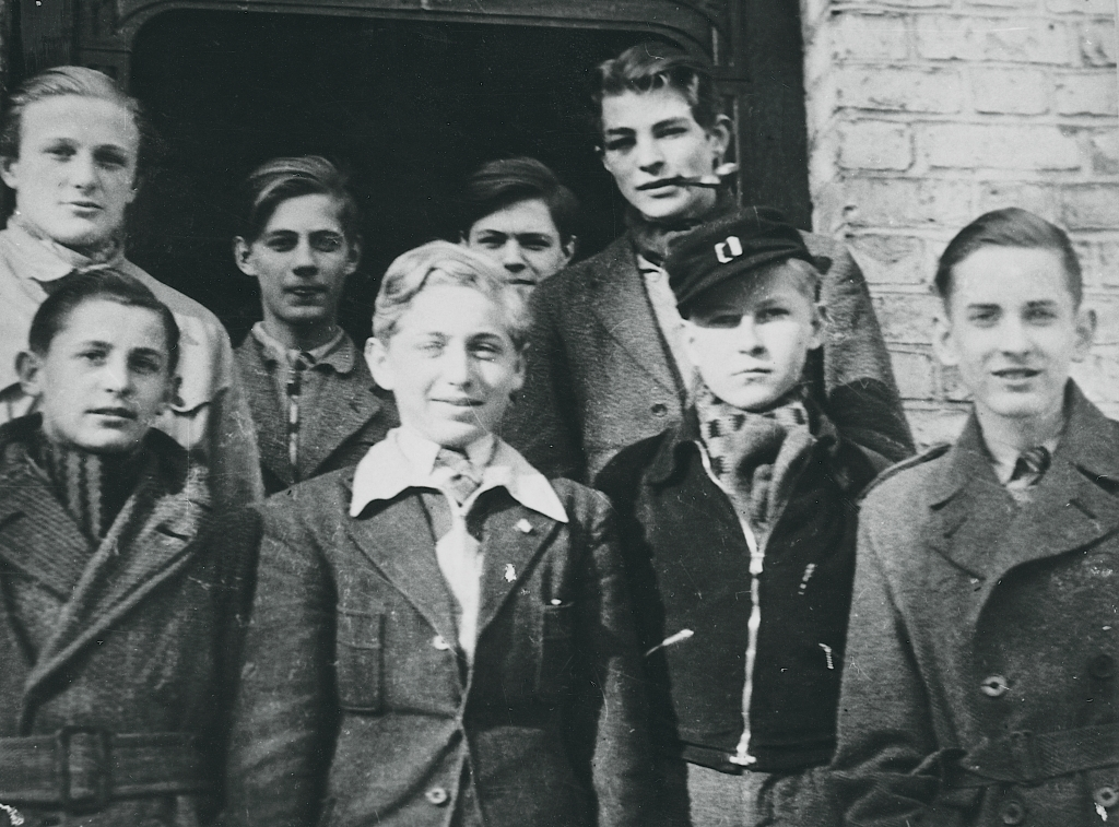 På billedet her ses otte medlemmer af Churchill-klubben - en af Danmarks første modstandsgrupper under besættelsen. Kilde til dette foto: Nationalmuseet, Danmark. Fotograf/skaber: Per Nellemann. Licens ifølge Nationalmuseet: No known rights.