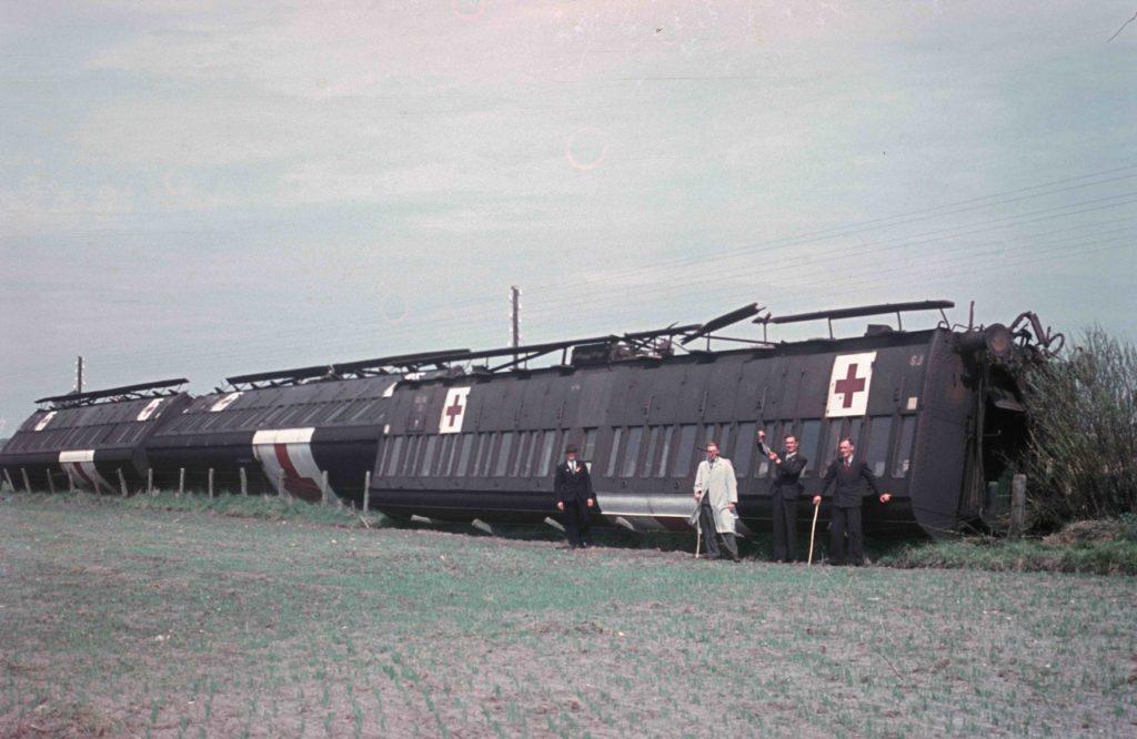 På dette fotografi ses et tysk lazarettog, der ved en jernbanesabotage den 14. april 1945 blev afsporet ved Skærbæk. Fotografiet her er dog fra efter befrielsen. Muligvis den 9. maj 1945. Fotokilde: Nationalmuseet, Danmark. Fotograf/skaber: Ukendt. Licens ifølge Nationalmuseet: No known rights.