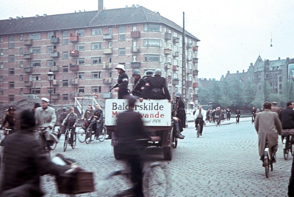 En lastbil med modstandsfolk ses her i Mimersgade på Nørrebro i København muligvis den 5. maj 1945. Fotokilde: Nationalmuseet, Danmark. Fotograf/skaber: Willy Nielsen. Licens ifølge Nationalmuseet: No known rights.