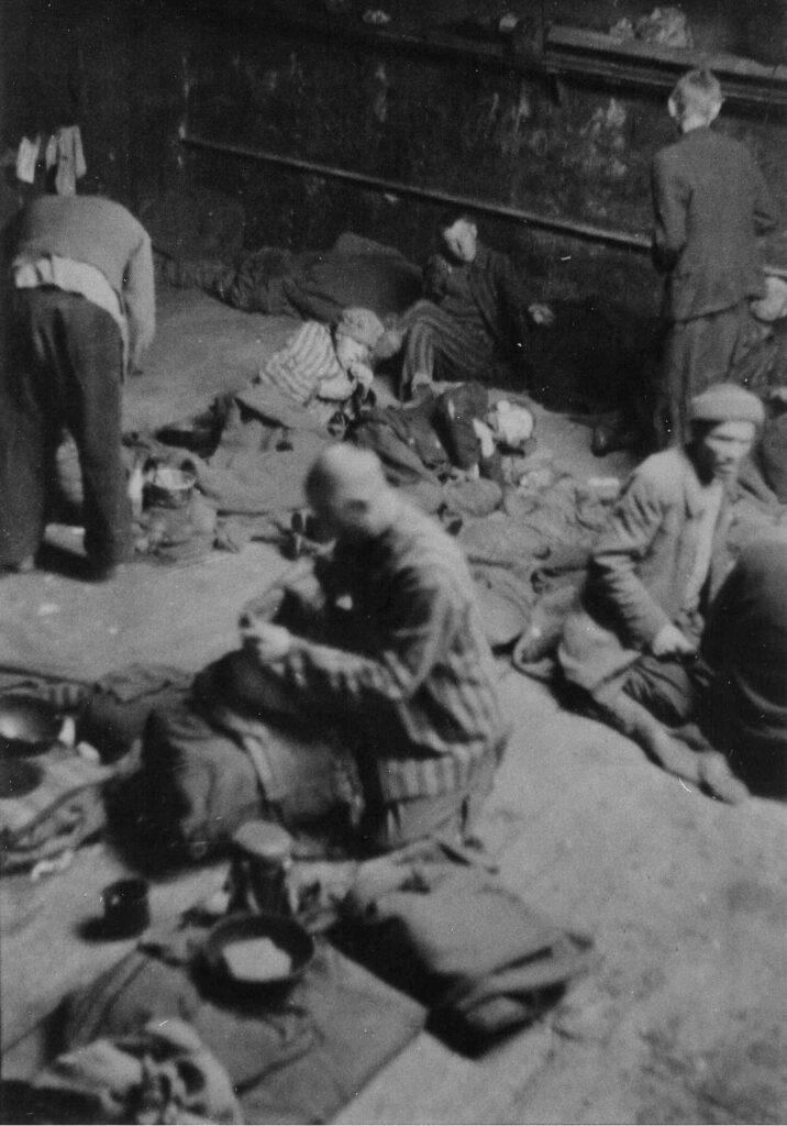 Ofre for nogle af Anden Verdenskrigs værste forbrydelser ankom under kummerlige forhold til Klintholm Havn på Møn i maj 1945. Her ses kz-fanger i bunden af kulprammen Breslau. Fotokilde: Møns Lokalarkiv